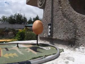 2011-03-16-Mitad-del-Mundo17-Egg-balanced-630x472